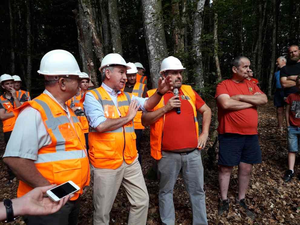 Christophe Guilloteau, président du Conseil Départemental du Rhône, en compagnie des frères Champalle, de la société Eau Energie, sur un chantier en forêt du massif du Mont-Saint-Rigaud ( Enviscope)