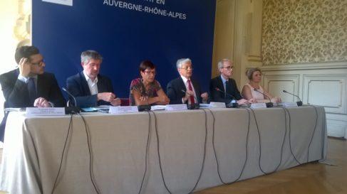 Piere Henri Cmet, préfet de région entouré des représentants des acteurs en charge de la qualité de l'Air