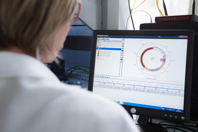 Une scientifique de BGene Genetics en train de travailler sur CAD4Bio (photo BGene).