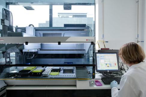 Le robot piloté par le logiciel CAD4Bio ( photo BGene Genetics)