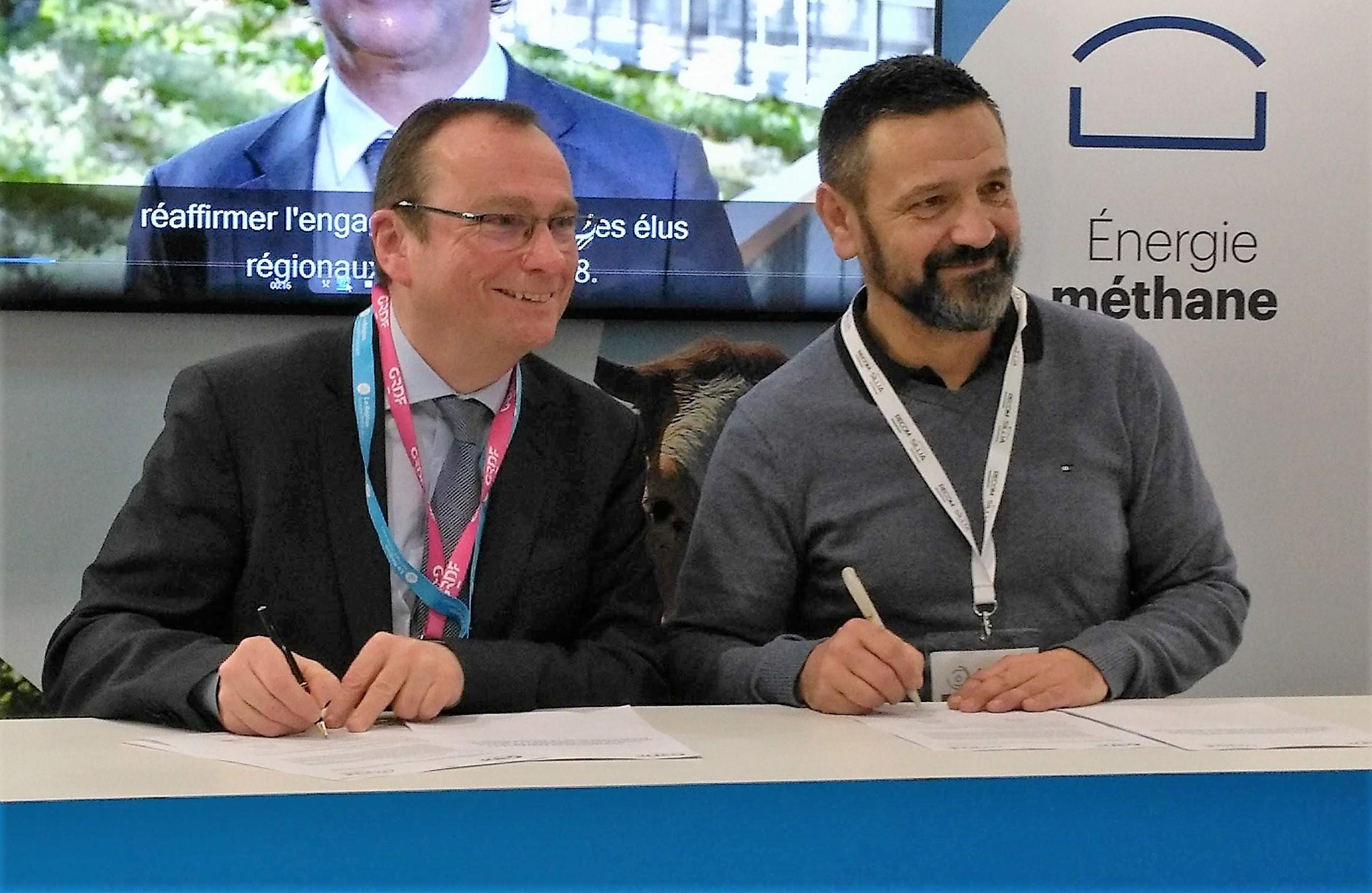Didier Saussier, directeur clients territoires Rhône-Alpes et Bourgogne de GRDF et Jean-Yves Colomb, président d'Oxyane, lors de la signature de la convention de partenariat ©B. Mortgat - Enviscope
