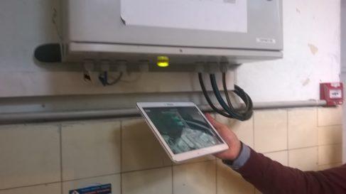Le LI-FI permette d'accéder aux informations sur un équipement stockées sur serveur distant ( Enviscope.com)