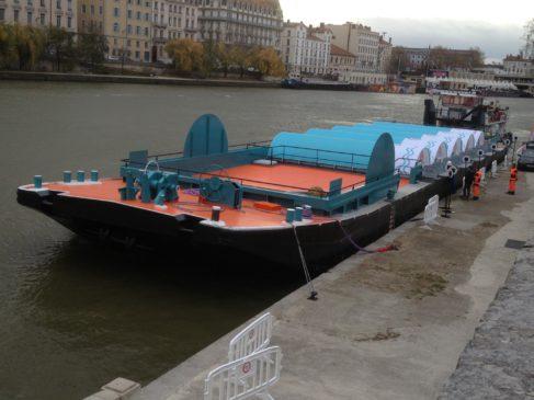 Des conteneurs installés sur la barge reçoivent chacun une catégorie de déchets, que des personnels de la déchèteries aident les usagers à transporter des véhicules aux conteneurs spécifiques ( photo Suez Environnement)