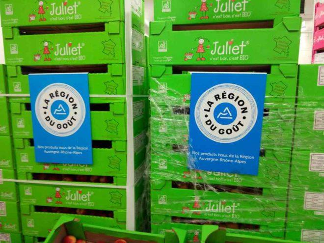 """Mille produits alimentaires issus des fermes d'Auvergne Rhône-Alpes sont mieux connus grâce à l'étiquette bleue """" La Régon du Goût"""" , ici au Marché de Gros de Lyon ( photo Enviscope.com)"""