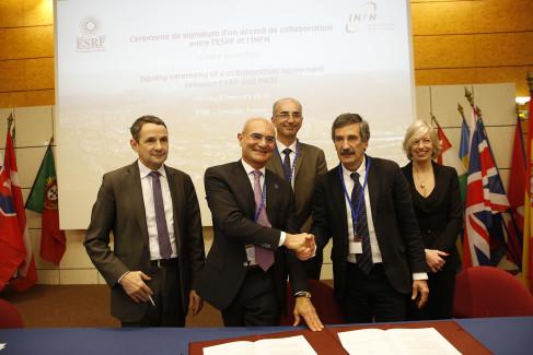 La signature de l'accord de coopération par les responsables des laboratoires, en présence des ministres ( photo ESRF)