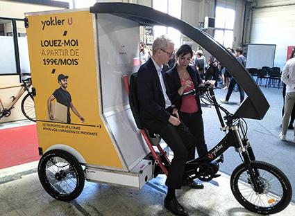Jérôme d'Assigny, délégué régional de l'Ademe, teste le Yokler U en présence de Sarah Dufour, co-fondatrice de l'entreprise - ©Bruno Mortgat - Enviscope.com