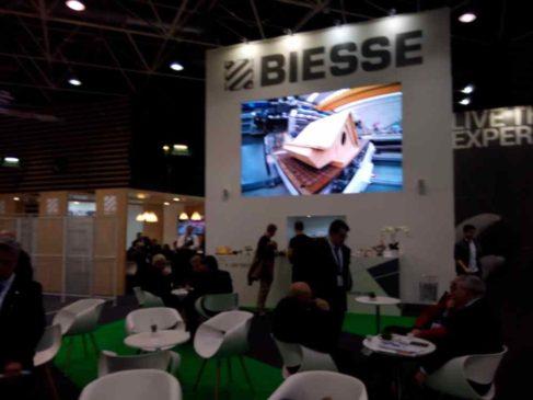 La société italienne Biesse, implantée en France, présente sur plus de 1000 mètres carrés propose des machines ultra modernes pour transformer le bois ( Enviscope.com)